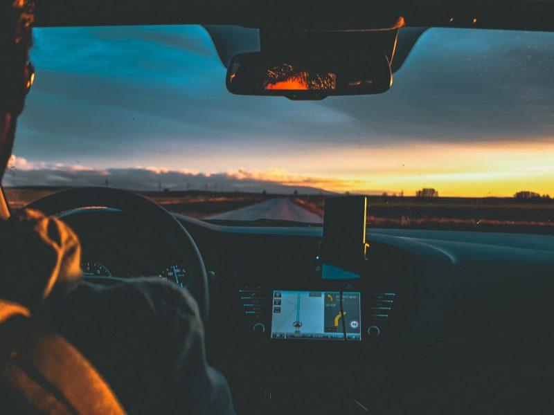 man-driving-at-sunset-in-a-roadtrip_t20_0AQxJk