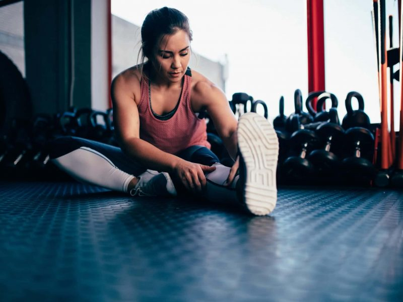 sport-stretching-leisure-hobby-woman-strong-exercise-workout-gym-weightlifting_t20_V7R7a7